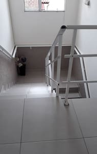 Entrada do prédio reta, para o apartamento sobe 2 lances de escada com 8 degraus cada