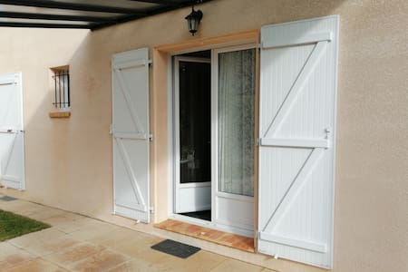 Porte fenêtres double pour agrandir l'entrée avec une marche de 25cm.