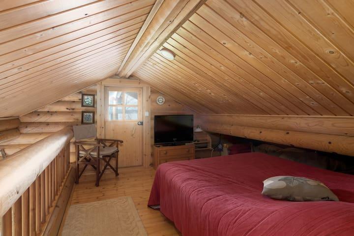 Yläkerran 140 cm  sänky. * 140 cm  bed  upstairs.