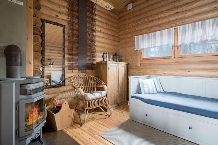 Saunahuonessa  on 160 cm  vuode ja  takka. * The sauna room has a 160 cm bed and a fireplace.