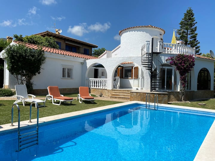 Air-conditioned 2 bedroom villa with heated pool