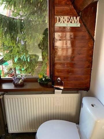 Bathroom 2 (en suite bedbroom 2)