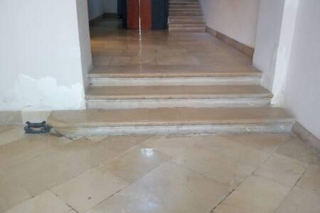 E' presente la luce nell'androne. light is present in the entrance hall.