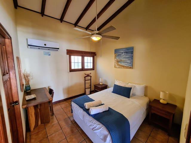 Main room - Cuarto principal  We can set up rooms for couples or 2 singles. Each room has its own bathroom - Podemos organizar los cuartos para parejas o 2 camas individuales. Cada cuarto tiene su propio baño