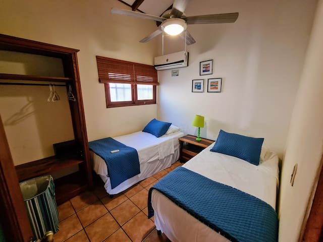 3rd room - Tercer cuarto  We can set up rooms for couples or 2 singles. Each room has its own bathroom - Podemos organizar los cuartos para parejas o 2 camas individuales. Cada cuarto tiene su propio baño