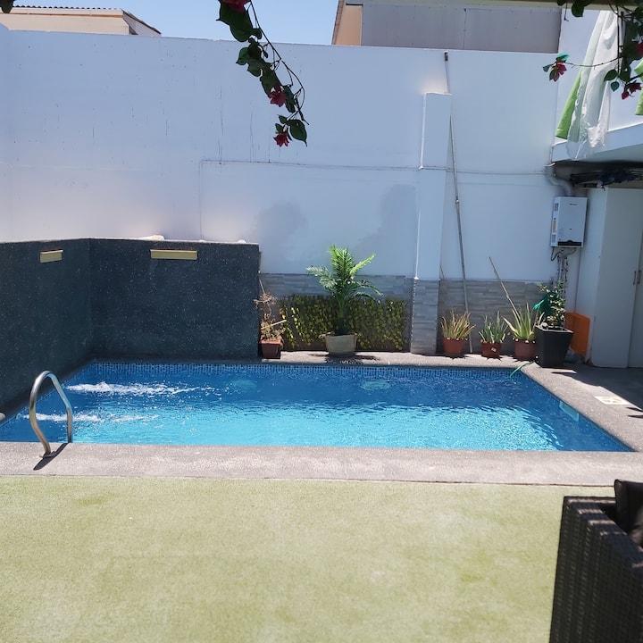 Hermosa casa con piscina y estacionamiento