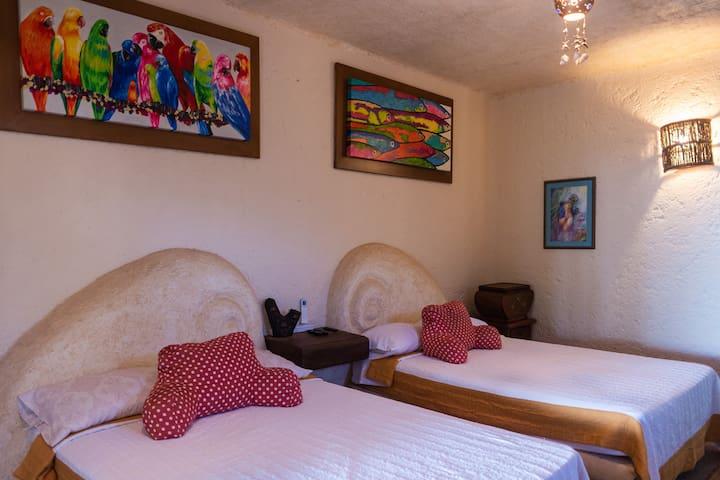 Habitación con dos camas matrimoniales.