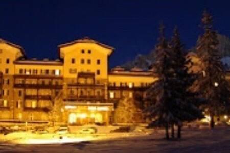 Il magico Grand Hotel di Carezza, panorama invernale. Come si può notare dall'immagine, anche la notte è illuminato in maniera spettacolare.