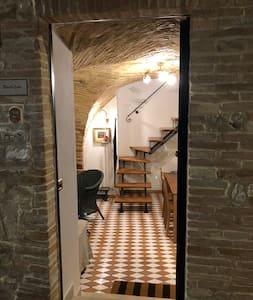 Ci sono due scale. Inoltre c'è la gradinata per salire in camera e bagno!