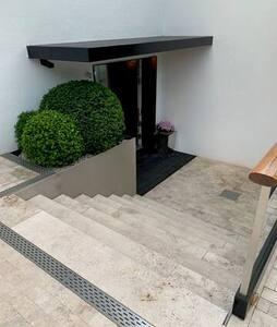 Breiter Hauseingang von aussen mit Treppenstufen