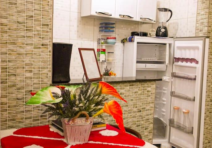 Cozinha americana, totalmente equipada com utensílios domésticos e eletrodomésticos.