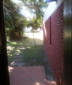 La puerta de acceso es de 95 centímetros de ancho, sin escalones. El camino de acceso es parejo, sin pendientes, sombreado.