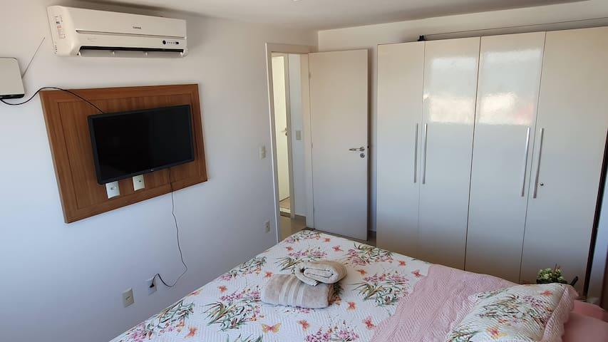 [AP] Quarto 1 - com cama de casal king, ar condicionado, espelho, armário, smart TV, cortina blackout e vista para a Praia de Ponta Negra