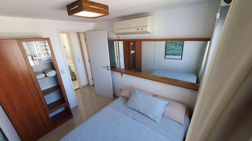 [AP] Quarto 2 - com cama de casal, ar condicionado, espelho, armário, cortina blackout e vista para a Praia de Ponta Negra