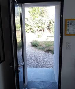 La porte d'entrée a une largeur de 86 cm