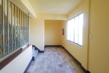 有电梯,楼梯有栏杆