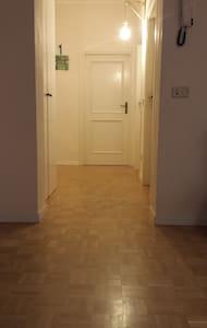 L'ingresso del corridoio e' largo 85 cm. La larghezza del corridoio varia dai 100 cm ai 160 cm.