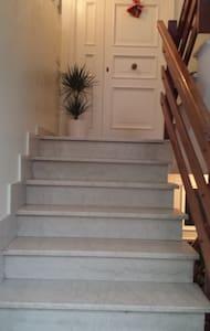 Per raggiungere la porta di ingresso occorre salire 6 scalini.