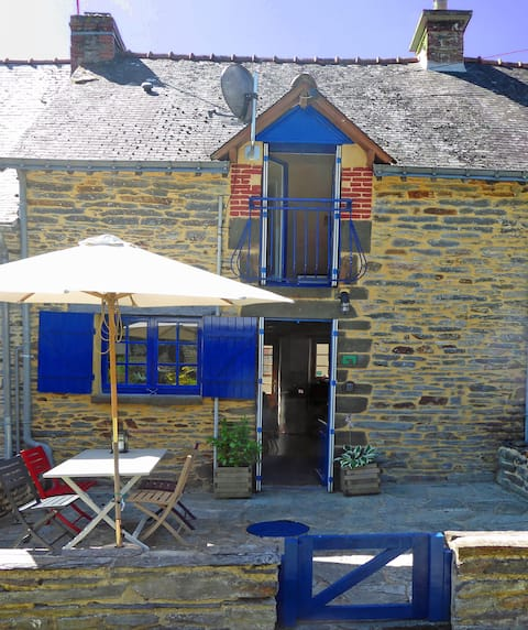 Cottage near to centre of La Gacilly with parking.