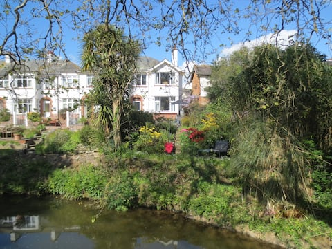 Sidmouth海滨家庭小屋,位于河边。