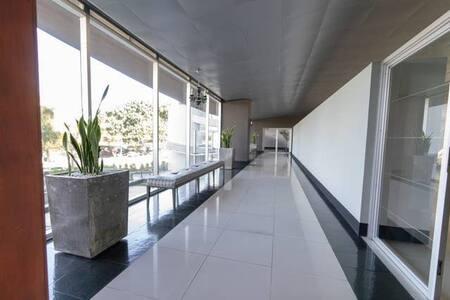 Acceso a lobby amplio e iluminado