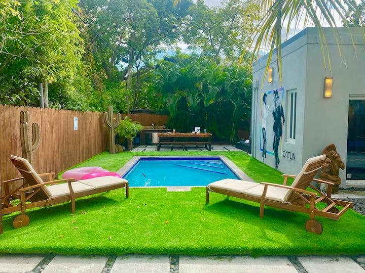 Pulp Fiction Resort - 10 Bedrooms, Pool, Lounge!