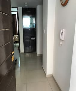 Ingreso a habitaciones ubicadas en el Primer nivel, cocina y lavandería.