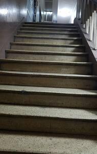 Escaleras amplias y descansadas que dan  acceso al departamento