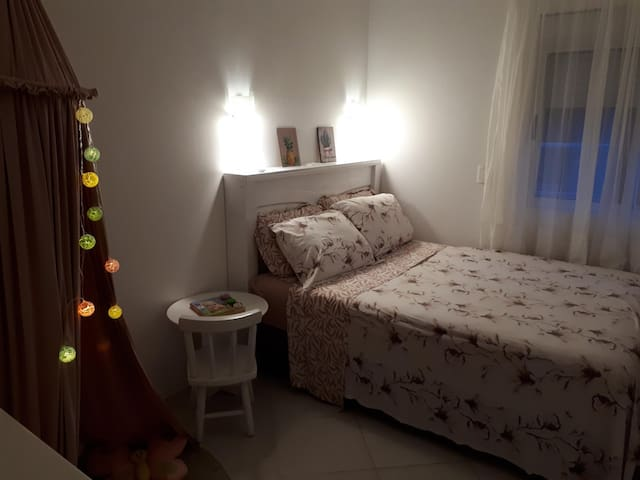 Quarto 03 - se você tem crianças, elas vão adorar esse quarto , confortável cama box de casal com colchão de molas, ar condicionado e brinquedos a disposição das crianças.