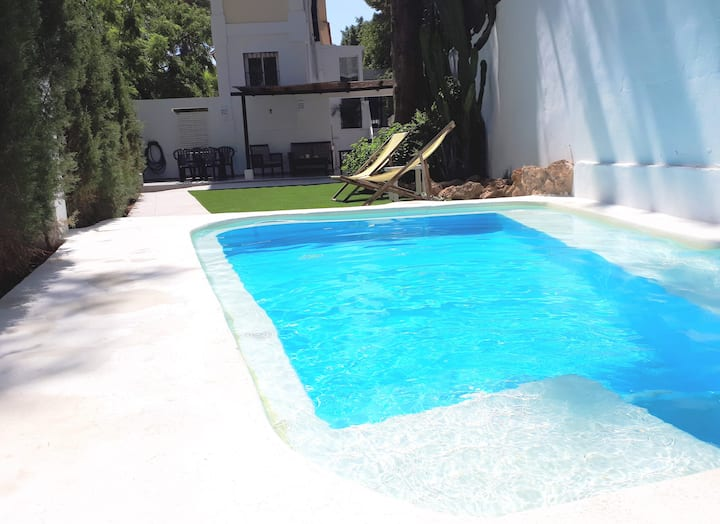 Casa independiente con piscina privada.