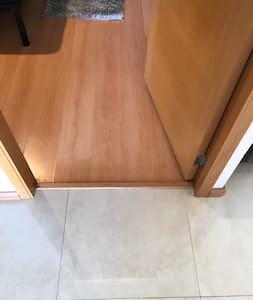 Las puertas a los cuartos del departamento son de 82cms de ancho.  Hay un pequeño escalón de 3 cms. Aprox. para entrar a los cuartos.  Puerta de los baños de 72cms de ancho.