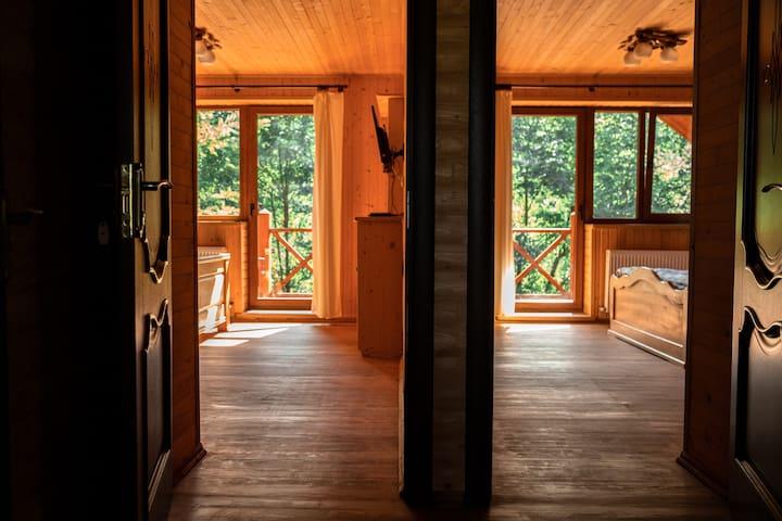 Це фото двох спалень (які мають вид на річку-Лючку)  з коридору, ці кімнати дуже схожі тому я сфотографував детально  тільки ту, що справа)