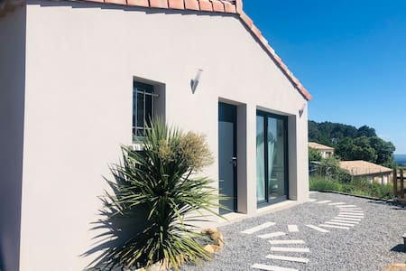 Légère marche de moins de 10 cm pour l'accès à la porte d'entrée et baies vitrées