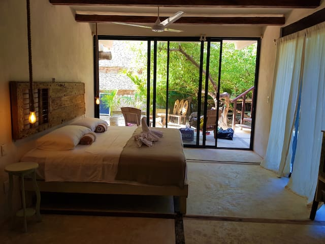 bright design room with air conditioning from 7 pm to 5 am, basic kitchenette with a gas stove and private bathroom. 2 minutes walking distance to the beach Our guests have access to the beach front hotels with a consumption of 300 pesos in food/dnks