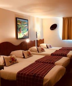 Chambre équipée de 4 lits simples.