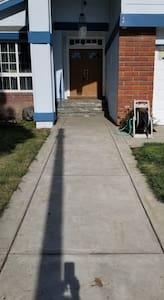 入口步道光線充足