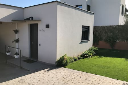 Ramp from street with direct access into apartment (just a 2-cm step through door frame). Access to terrace through lawn.