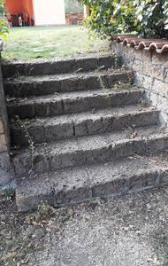 scale che portano dal parcheggio al giardino. il giardino sta' allo stesso livello dell'ingresso all'alloggio
