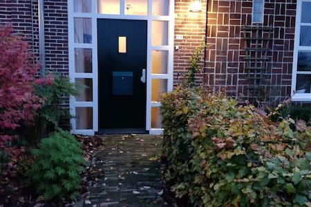 दरवाज़े तक बढ़िया रोशनी की व्यवस्था