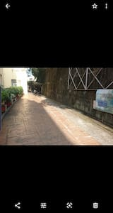 民宿入口處寬敞的停車位置及無障礙空間