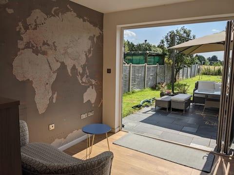 Modern, spacious annex with shower room & kitchen
