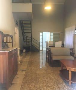 Espaço térreo da casa todo plano, incluindo 1 suíte, lavabo com chuveiro, sala Tv, Cozinha, sala Jantar e sala Visita .  Escada somente para piso superior com 2 quartos e 1 banheiro em comum .