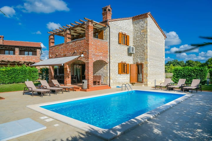 Family villa with Pool and Children park
