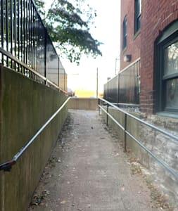 Camí sense esglaons fins a la porta d'entrada
