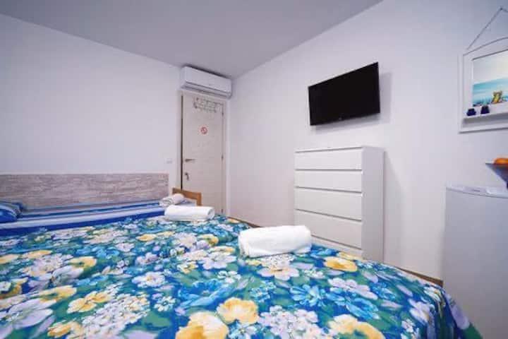 2х комнатный номер с ванной комнатой в центр Дении