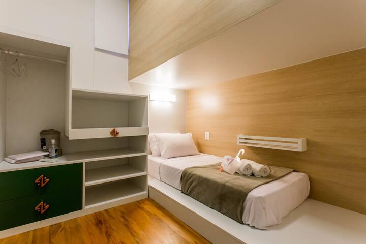 Quarto Moderno em casa tranquila