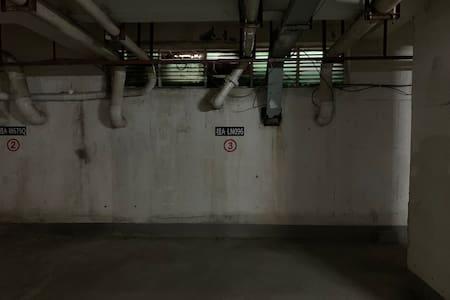 宽敞的地下停车场3号车位!就在车库入口附近!