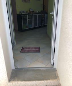 Largeur porte 81 cm / possibilité entrer par baie vitrée salon