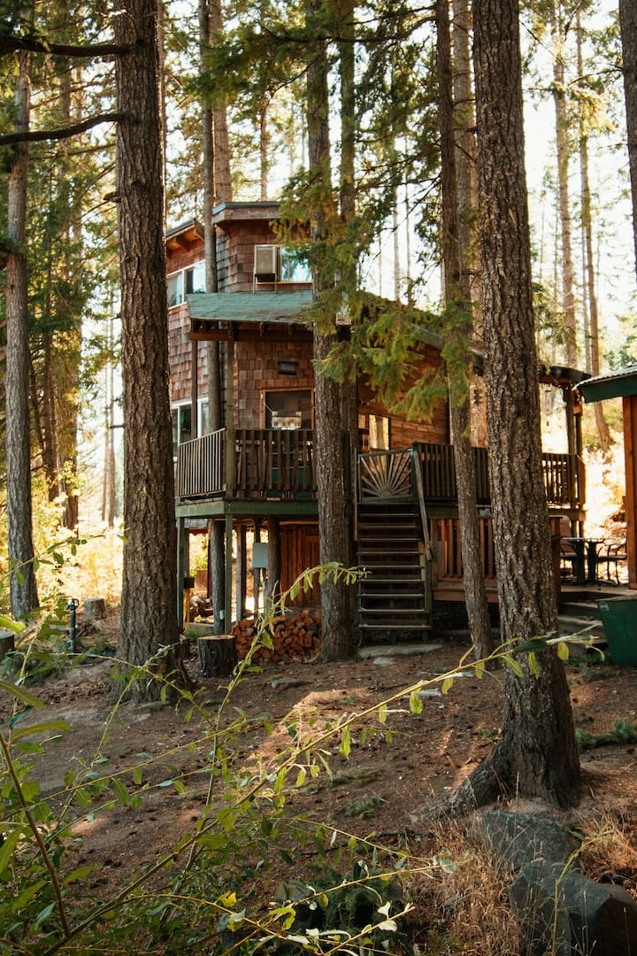 Romantic  Wilderness Tree House-Private Hot Tub!