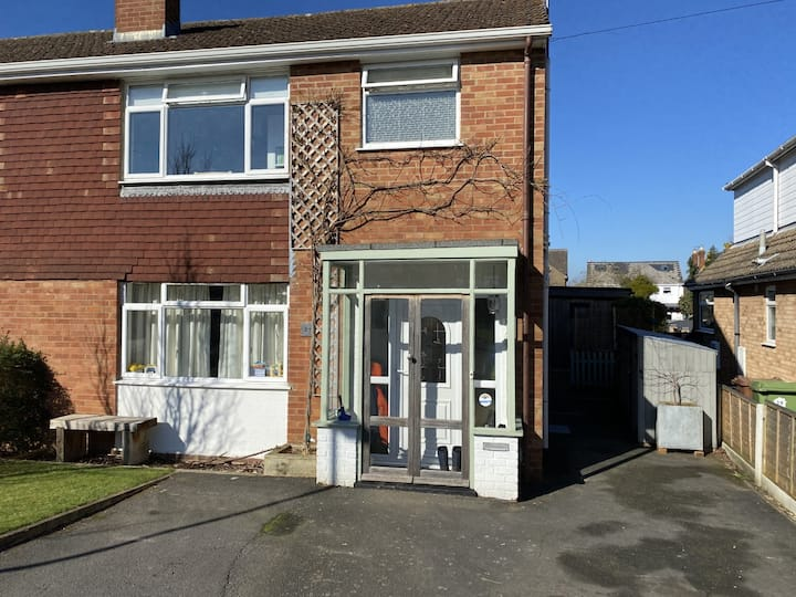 Family 3 bed home at the foot of Leckhampton Hill